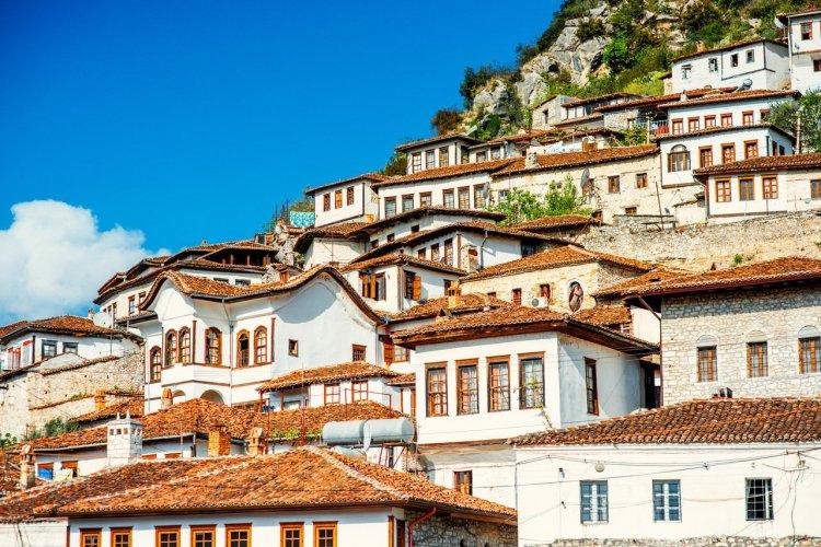 Le village de Berat, Albanie - © RossHelen - shutterstock.com