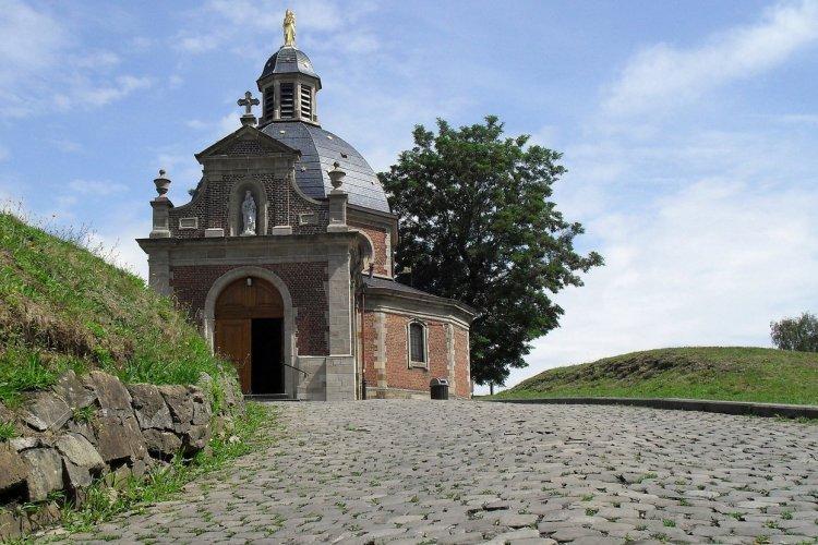 Mur et chapelle de Grammont, Belgique - © gertrbunt - Adobe Stock