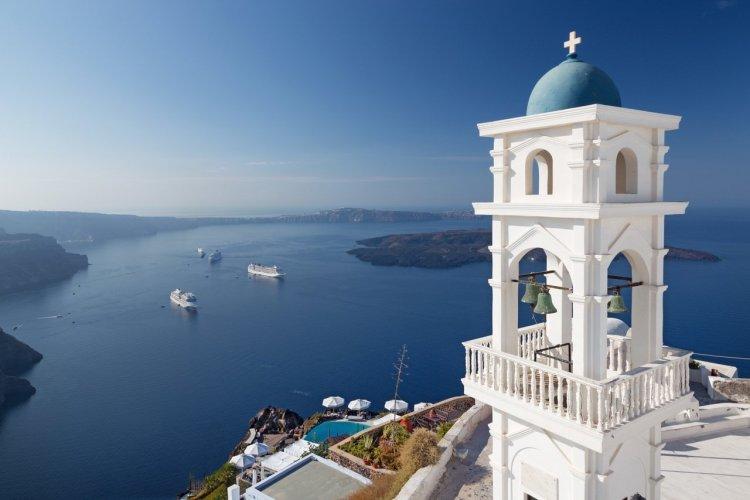 La tour de l'église Ansatasi, Imerovigli, île de Santorin - © Renata Sedmakova _ Shutterstock.com