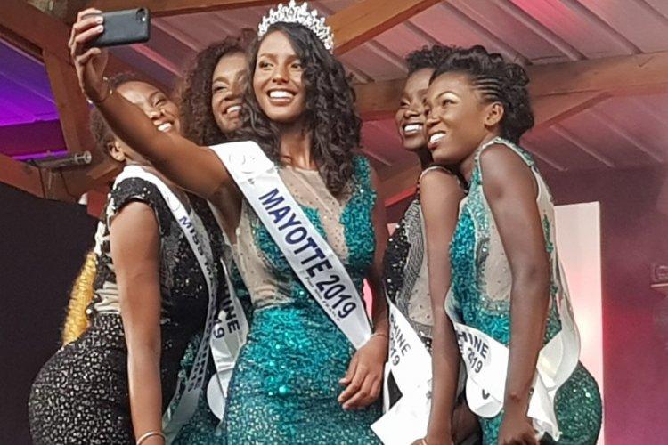 Selphie de la victoire - Éva Labourdere Miss Mayotte 2019 - © Laurent BOSCHERO