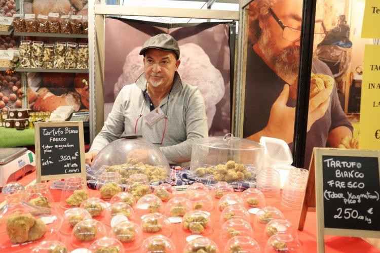 Chercheur vendeur  de Tuber Magnatum Pico - Foire d'Alba (Piémont) - © Laurent BOSCHERO