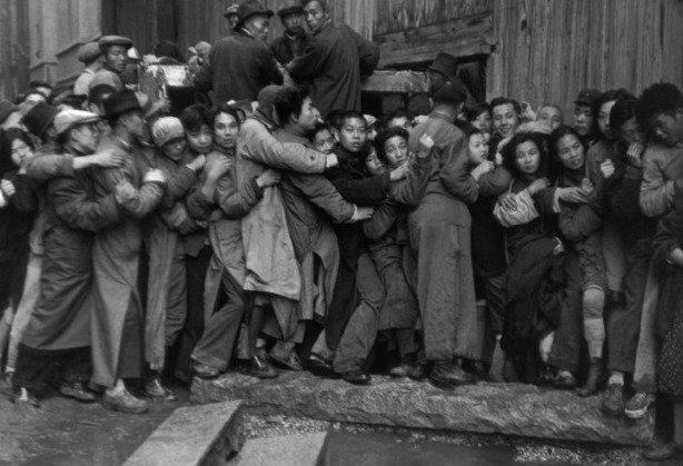 Gold Rush. En fin de journée, bousculades devant une banque pour acheter de l'or. Derniers jours du Kuomintang, Shanghai, 23 décembre 1948. - © Fondation Henri Cartier-Bresson / Magnum Photos