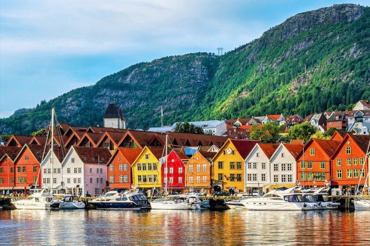 Ville de Bergen et des ses bâtiments historiques dans le district de Bryggen - © Shutterstock