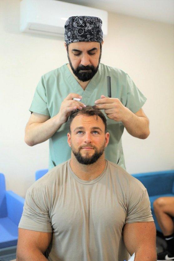 Docteur Cinik en pleine greffe de cheveux sur un patient. - © DR