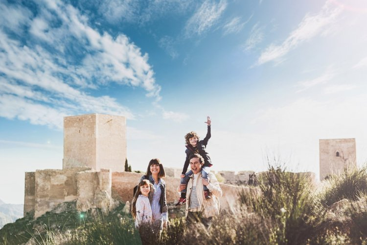 Famille en visite à la Fortaleza del Sol. Lorca. Region de Murcie. - © Adrián Madrid