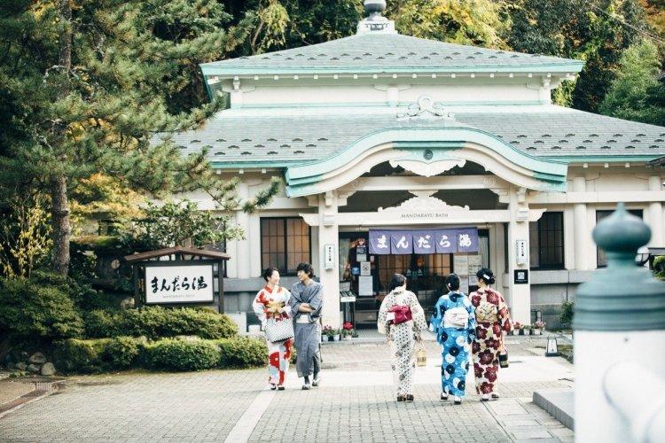 Tournée des bains vêtu du yukata à Kinosaki - © Masako Nakagawa