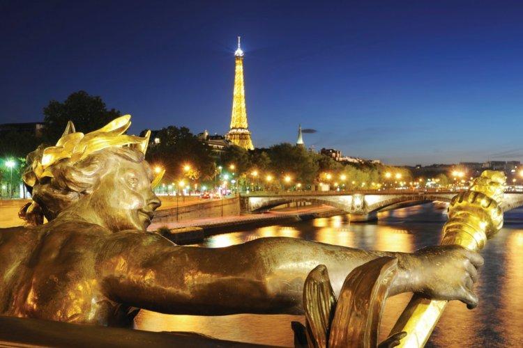 Le pont Alexandre III offre une jolie vue sur la Tour Eiffel. - © Nikada - iStockphoto