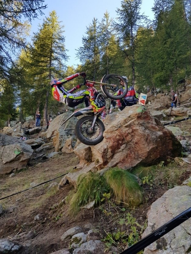 Attaque de zone sensible au Championnat du Monde de Trial moto - © Laurent BOSCHERO