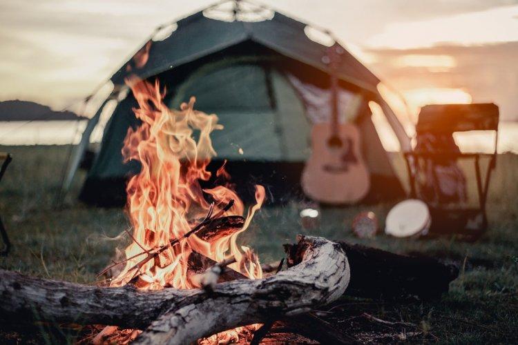 Camping en pleine nature - © shutterstock (c)Day Of Victory Studio