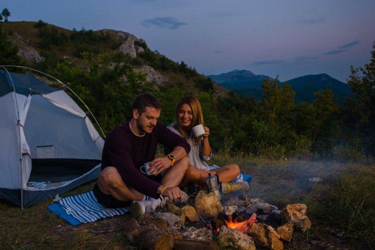 Soirée camping dans la tente - © shutterstock(c)Gorgev