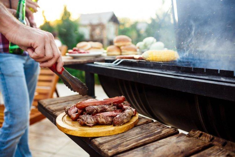 Barbecue fixe charbon pour maison - © (c)Cookie Studio - shutterstock