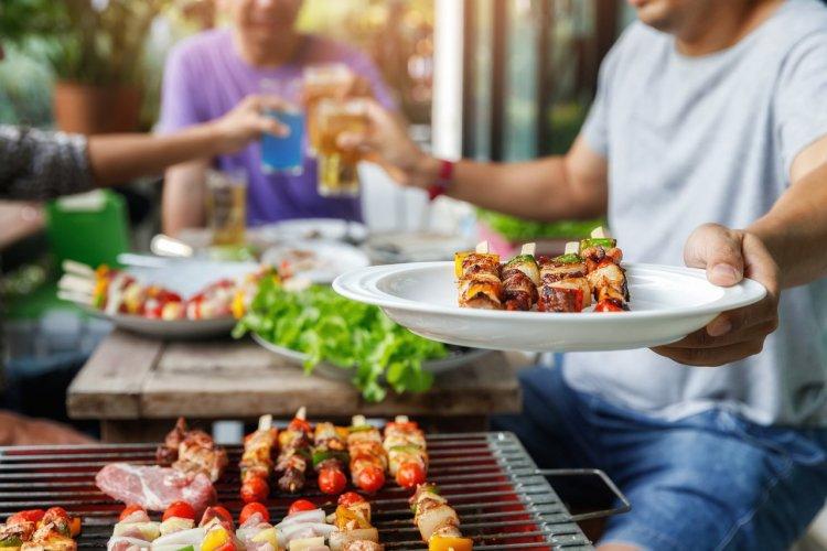 Choisir un barbecue pour profiter entre amis - © (c)KorArkaR- shutterstock
