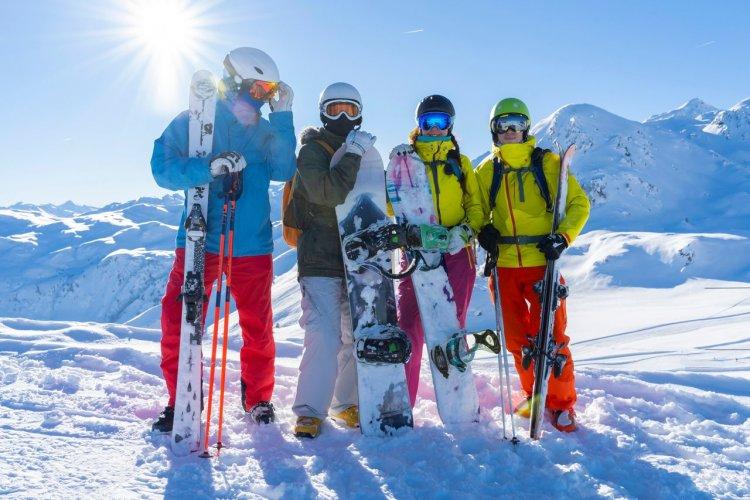 Groupe de Skieurs - © (c)Morozov Anatoly - shutterstock