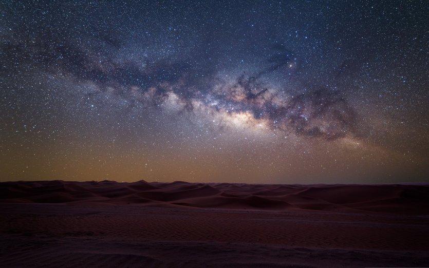 7.Observer les étoiles sans gêne au cœur du désert au Milky Way Spot L'émirat est un endroit particulièrement propice à l'observation des étoiles avec son grand choix de spots isolés loin des centres urbains, notamment dans le Rub al Khali. Les cieux sont également généreux en phénomènes astronomiques dans la région avec déjà quatre pluies de météores et une éclipse lunaire cette année. Observer les astres gagne en succès chaque année à Abu Dhabi et de nouvelles activités se sont développées récemment pour que les visiteurs puissent profiter des cieux étoilés de l'émirat : camping dans le désert, séances d'initiation dans un observatoire astronomique, bulles transparentes pour dormir à la belle étoile, sorties photo dans les dunes, etc.  A une heure et demie au sud d'Abu Dhabi, le désert d'Al Quaa est particulièrement populaire auprès des photographes. Avec pratiquement zéro pollution lumineuse et une couverture nuageuse quasi inexistante, on y voit particulièrement bien la voie lactée. Surnommé le « Milky W - © visitabudhabi