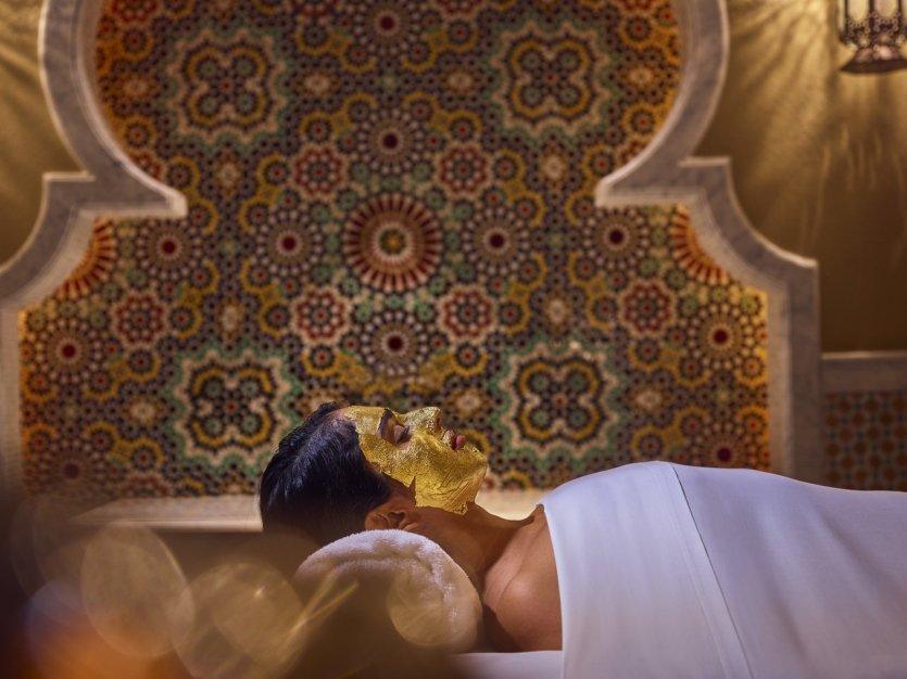 8.S'offrir une parenthèse bien-être royale à l'Emirates Palace  Récemment repris par le groupe Mandarin Oriental, l'Emirates Palace est probablement l'hôtel le plus emblématique d'Abu Dhabi. Une attraction en lui-même, il est le seul hôtel au monde à réclamer le statut de 7 étoiles. Véritable palais des milles et une nuit, il abrite notamment l'Emirates Palace Spa : 1500m² recouverts de mosaïques marocaines dédiés à la beauté et au bien-être. Le spa propose des soins inspirés du désert et des traditions locales. Mais pour vraiment adopter un style royal le temps d'une journée, les visiteurs peuvent opter pour « a day of gold », un programme de soin complet sur une journée, incluant le déjeuner, et surtout le soin signature du spa, un masque pour le visage à l'or 24 carat. Et pourquoi ne pas finir par un goldenccino, un capuccino saupoudré d'or ? - © visitabudhabi