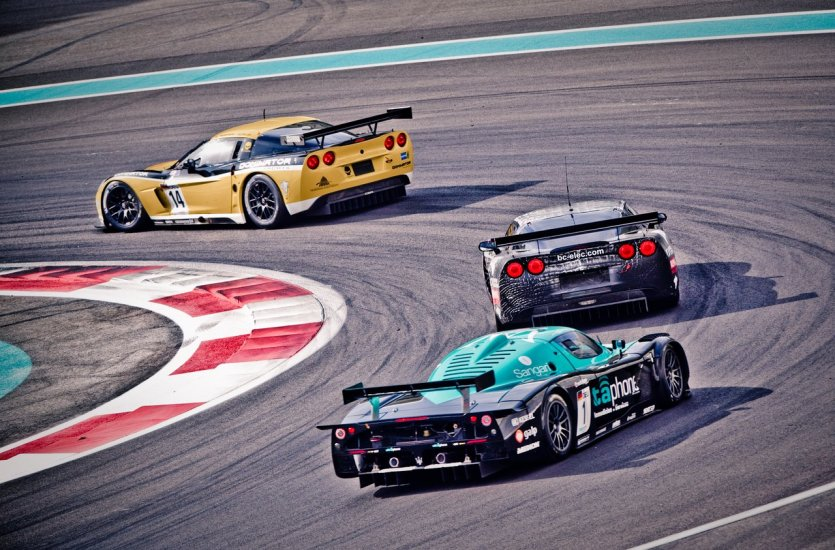 10.Se prendre pour James Bond au volant d'une Aston Martin sur un circuit de F1  Le circuit de Yas Marina n'accueille pas seulement le Grand Prix de Formule 1, il ouvre également ses portes tous les jours aux pilotes de course en herbe. La driving school propose notamment plusieurs expériences de conduite sur le circuit pour faire le plein de sensations fortes. On peut par exemple passer au volant d'une Aston Martin, la voiture préférée de James Bond, pour aller faire quelques tours de circuit. De 0 à 100km/h en 3,8 secondes, une pointe de vitesse à 300km/h, une expérience unique s'il en est. Les instructeurs sont là pour accompagner les visiteurs et les aider à tirer un maximum de l'aventure. - © visitabudhabi
