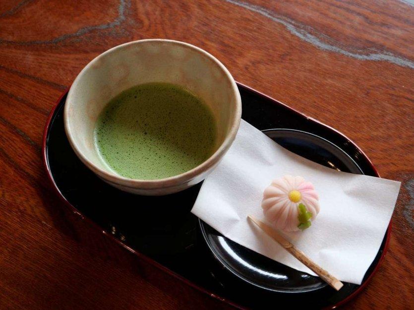 Dégustation de thé matcha et du mochi au Jardin Yamamototei - © Aki Hiroyama