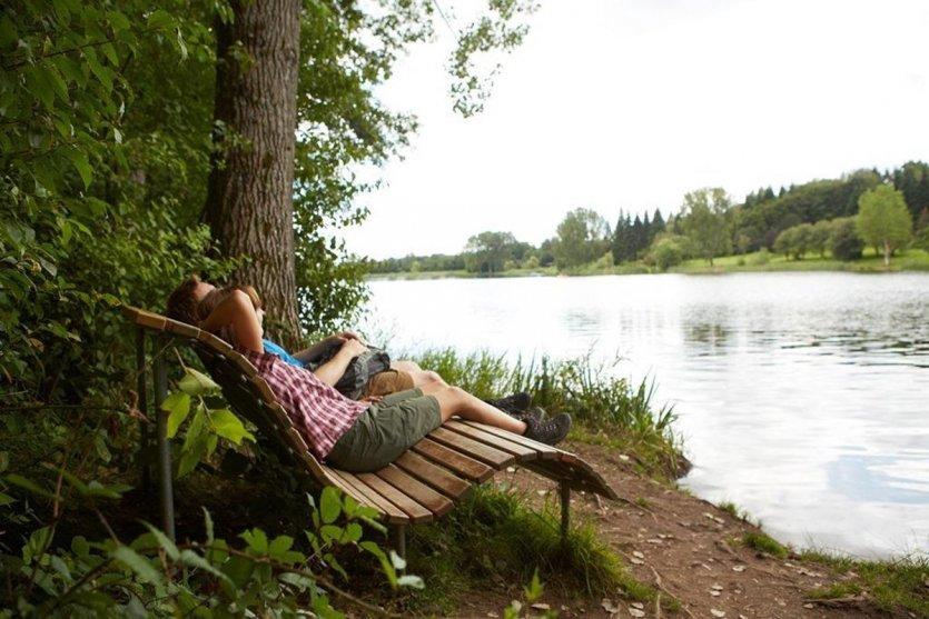 La « Garten-Wellness-Runde » est un chemin facile à parcourir, parfaitement adapté aux familles, qui longe le lac artificiel de Losheim. Il offre des beaux sentiers avec nombreuses possibilités d'arrêt pour se reposer ainsi que le centre Kneipp avec son sentier pieds-nus. Au départ et à l'arrivée, le parcours peut être complété par une visite du « SeeGarten » (jardin du lac) qui s'étend sur 5 ha. - © Marcus Gloger, Tourismus Zentrale Saarland GmbH