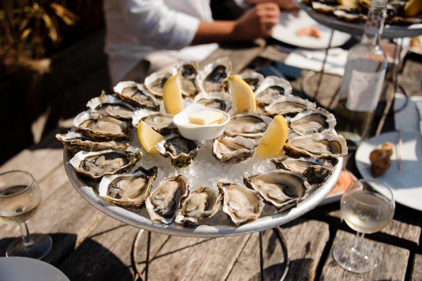 Dégustation d'huîtres dans le bassin d'Arcachon. - © Maksym Fesenko - Shutterstock.com