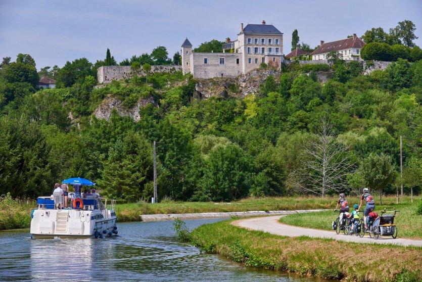 Tourisme fluvial sur le canal du Nivernais - © Damien Lachas