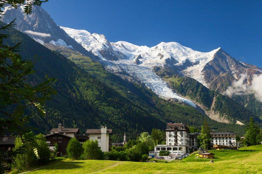 La vallée de Chamonix et le glacier des Bossons - © © Julia Kuznetsova - Shutterstock.com