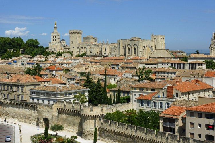 La ville d'Avignon, dominée par le Palais des Papes. - © Yves ROLAND - Fotolia