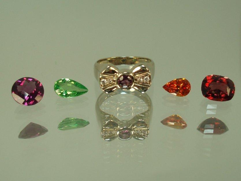 4 grenats taillés et une bague en or moderne et originale avec grenat rose et diamants