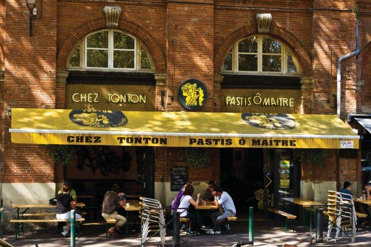 Chez Tonton, Pastis ô Maître situé place Saint-Pierre - © Lawrence BANAHAN - Author's Image