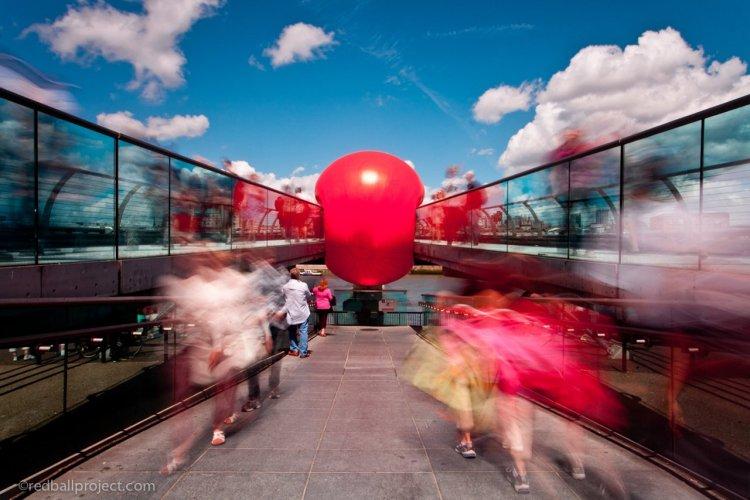 Après les bus rouges de Londres, le Millenium Bridge aux couleurs de la Redball. - © ©KURT PERSCHKE