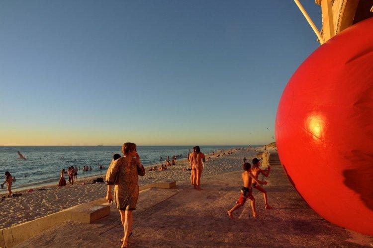 Le #redballproject a fait parler de lui à Perth, en Australie. - © ©KURT PERSCHKE