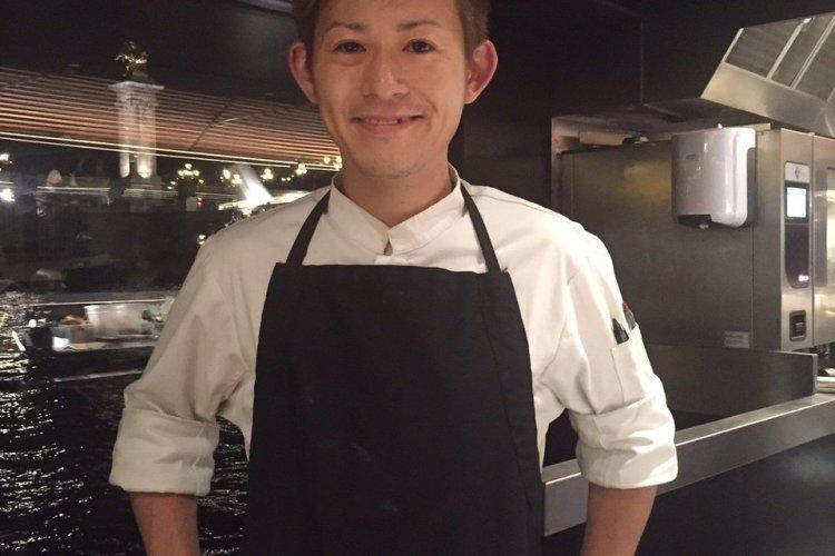 le Chef Ryunosuke Naito dans sa cuisine au Bistrot Alexandre III - © Saliha HADJ-DJILANI