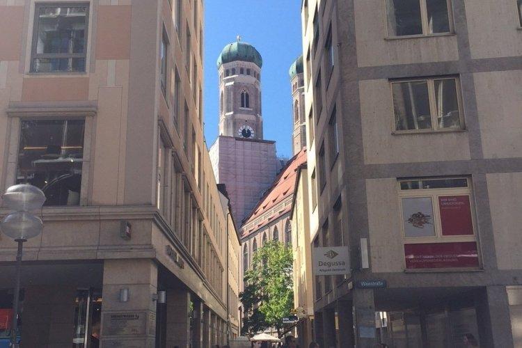 Vue sur la cathédrale de Munich depuis le centre historique - © Saliha HADJ-DJILANI