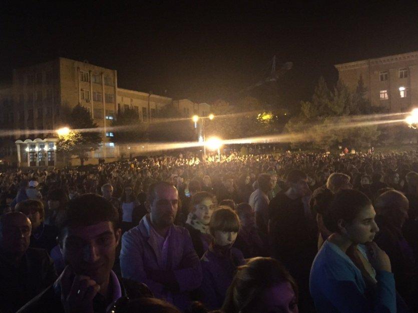 Les milliers de spectateurs au concert de Patrick Fiori à Stepanakert - © Saliha HADJ-DJILANI