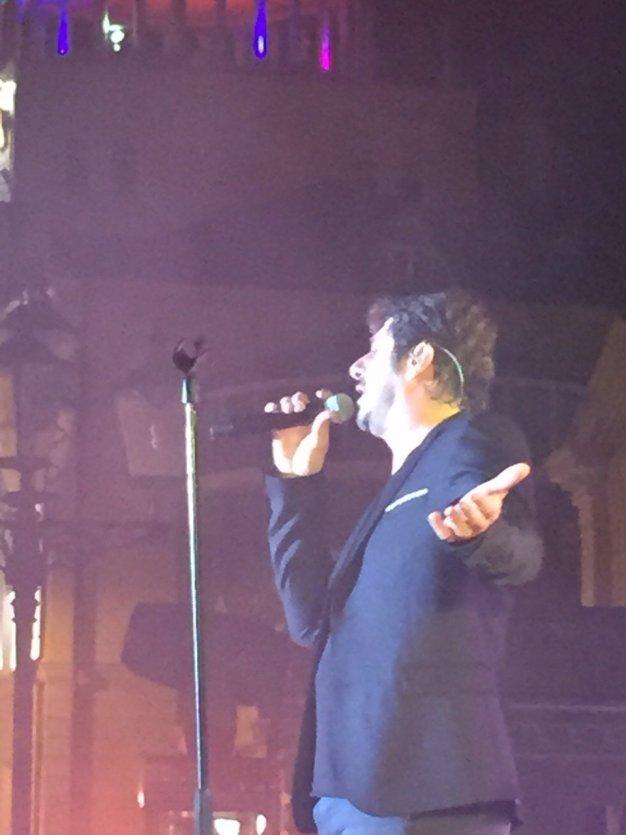 Patrick Fiori en plein concert à Stepanakert - © Saliha HADJ-DJILANI