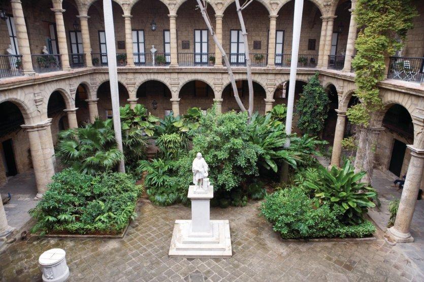 Musée de la ville au sein du Palacio de los Capitanes Generales, statue de Christophe Colomb.
