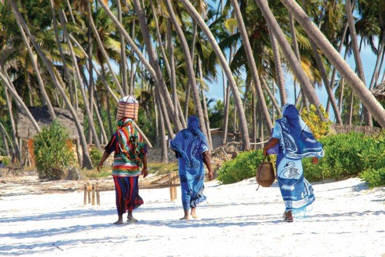 Femmes de Zanzibar sur une plage de sable. - © dsukhov - Fotolia
