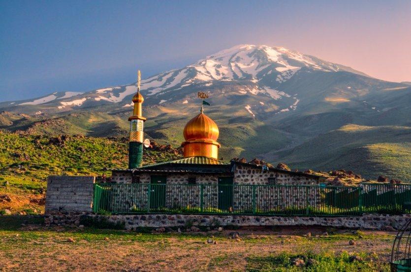Le Mont Damavand, point culminant de l'Iran, atteint 5 610 m d'altitude. - © Michal Knitl / Shutterstock.com
