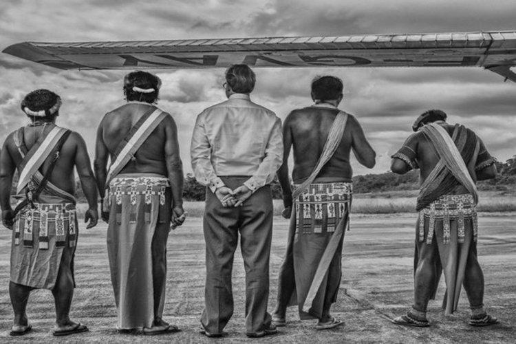Camopi, février 2015, Monsieur le Sous-Préfet de l'Est Guyanais et les chefs coutumiers de Camopi attendent la visite de Madame la Ministre des Outre-mer. - © Christophe Gin pour la Fondation Carmignac