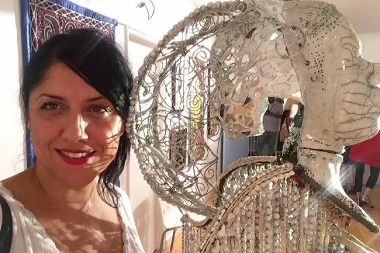 selfie lumineux avec l'ange de Pascale Monnin - © Saliha HADJ-DJILANI