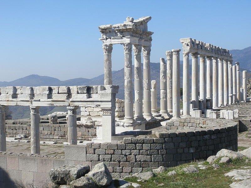Colonnade du temple de Trajan à Pergame - © DR