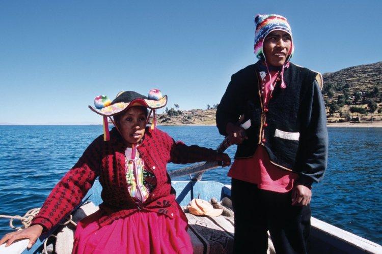 Péruviens navigant sur le lac Titicaca près de Llachon. - © Author's Image