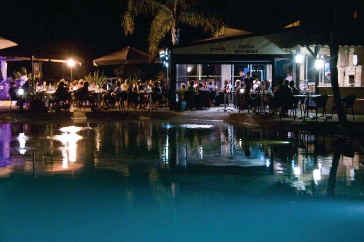 L'Atlantis et sa piscine de nuit - © Xavier BONNIN