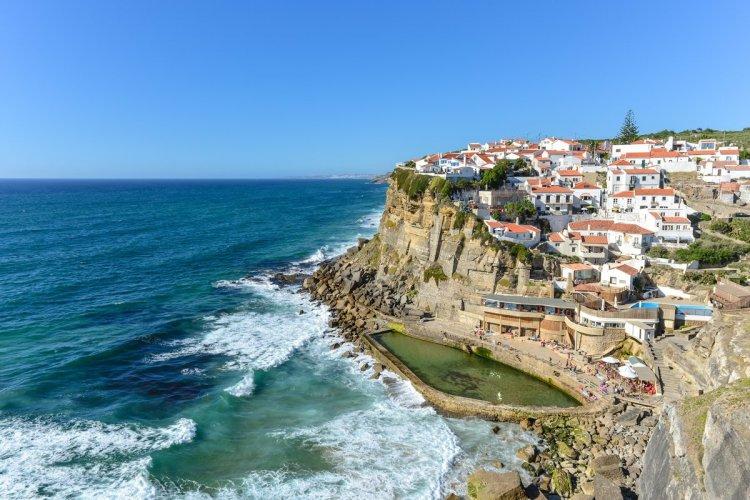 Azenhas do Mar dans le parc national de Sintra. - © Chanclos - Shutterstock.com