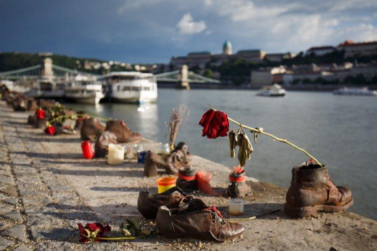 Les chaussures au bord du Danube - © Evgeny Popov - shutterstock.com