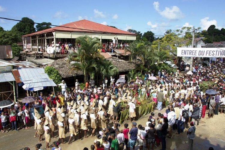 L'association des « Drôles de Dames » veut rééditer l'immense succès du carnaval qui a vu des défilés de chars et groupes haut en couleurs en provenance des 17 villages de l'île. - © D.R.