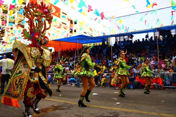 Défilé dans la rue principale d'Oruro - © Julie OLAGNOL