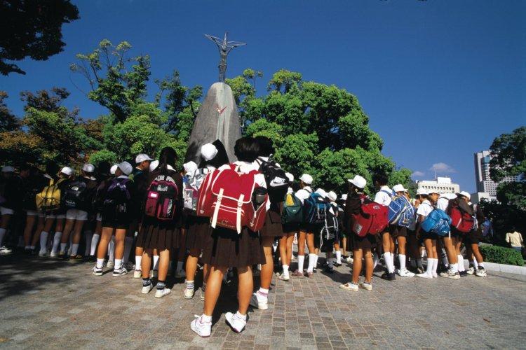 Ecoliers visitant le mémorial d'Hiroshima. - © Yukiko Yamanote - Iconotec