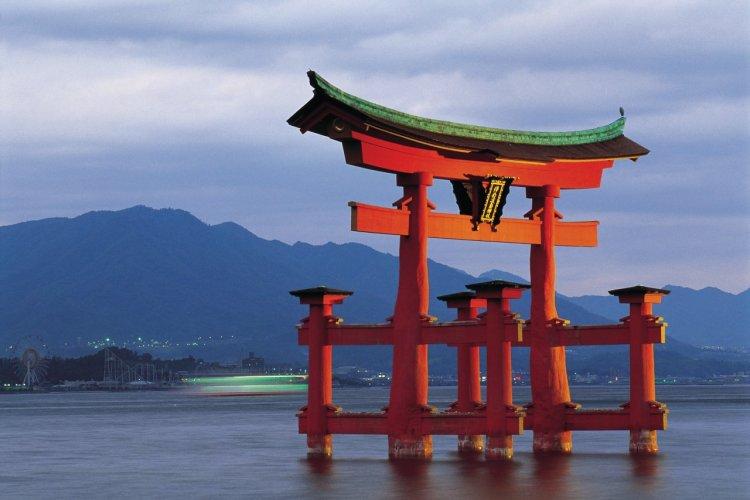 Le grand torii du sanctuaire Itsukushima. - © Tom Pepeira  - Iconotec