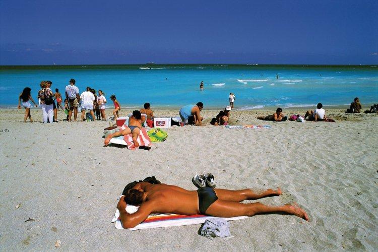 Bronzage sur la plage à Miami Beach. - © Siegfried Stoltzfuss - Iconotec