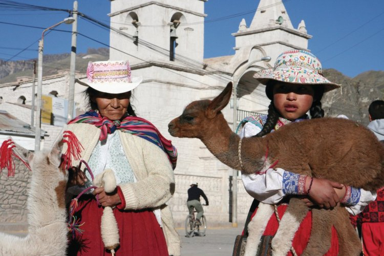 Costumes traditionnels dans le village de Chivay. - © Stéphan SZEREMETA